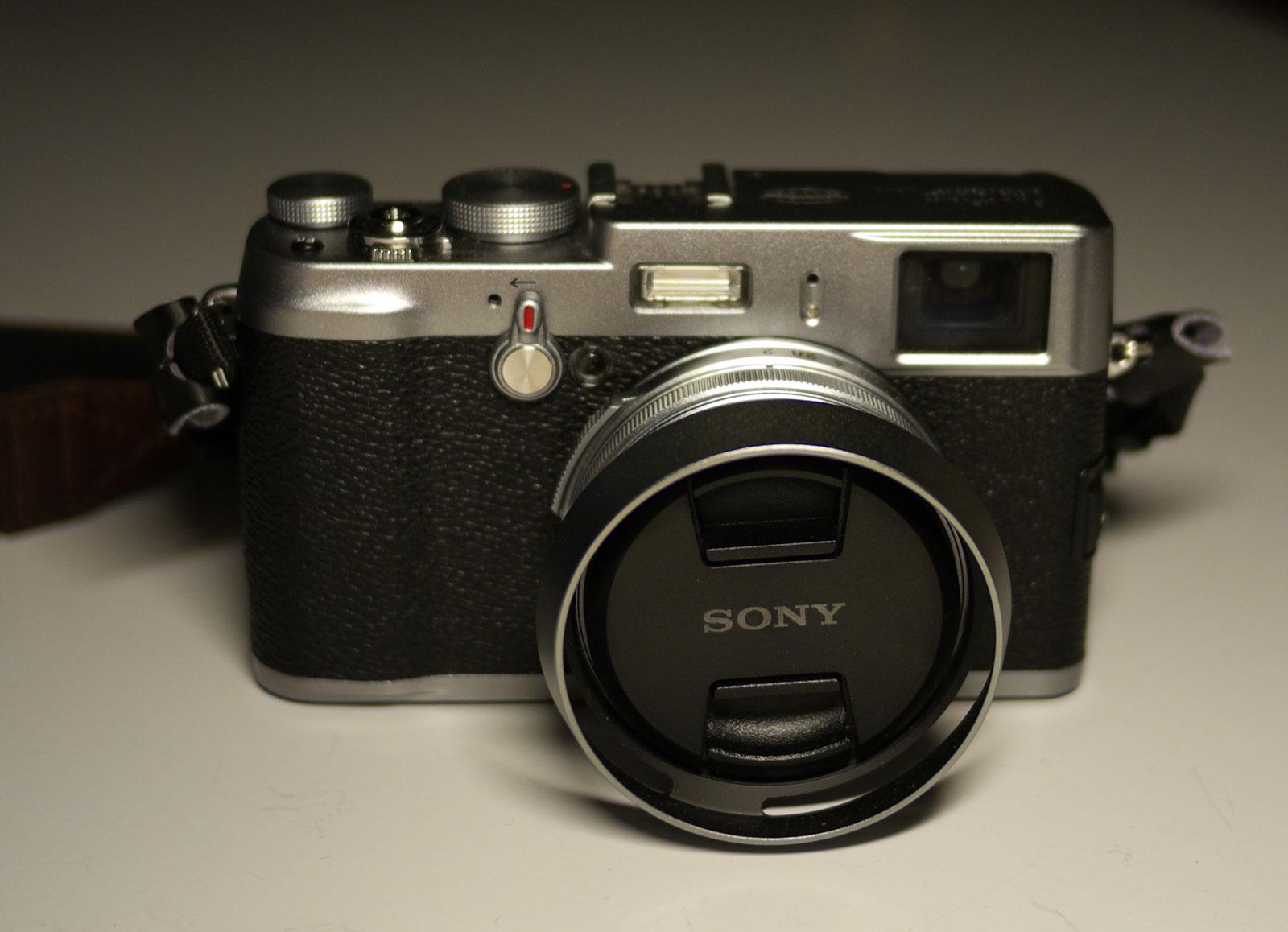 een Sony lensdop op een heel andere camera