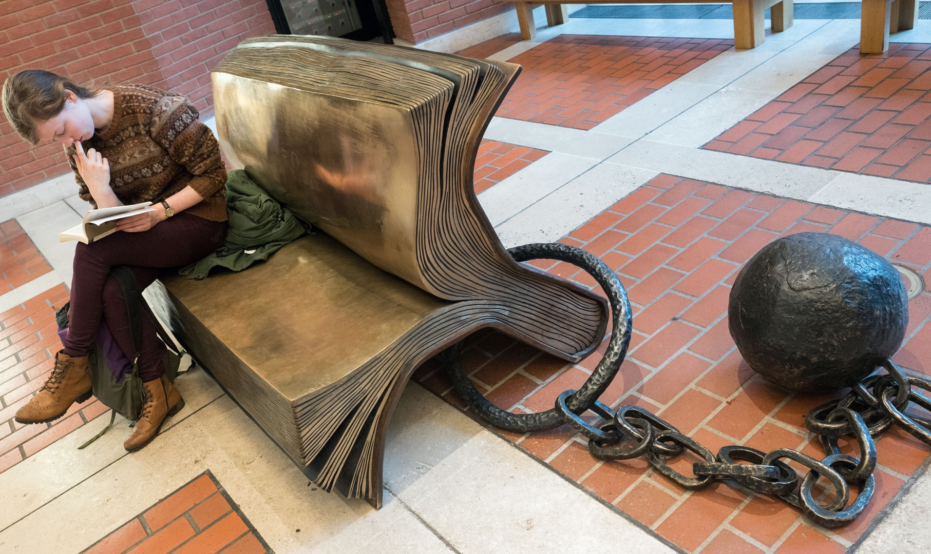 geketend bronzen boek in British Library London